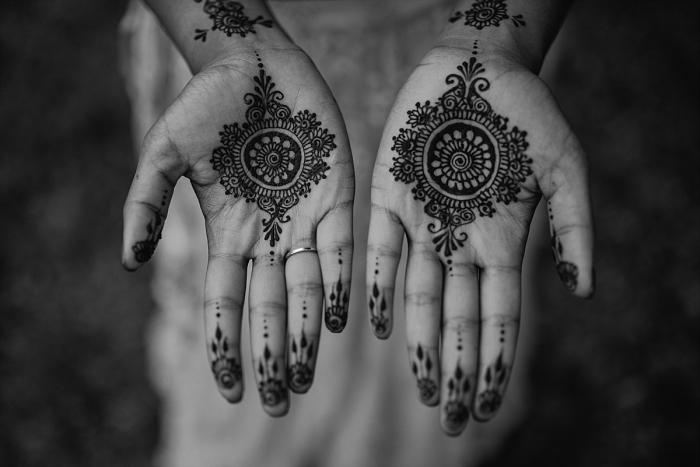 tatouage symbolique, dessin temporaire sur la peau, tatouage mains et doigts pour femmes à design mandala