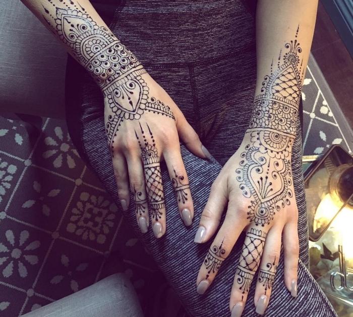 henné main simple, tatouage non permanent pour femme à design gouttes d'eau au henné noir