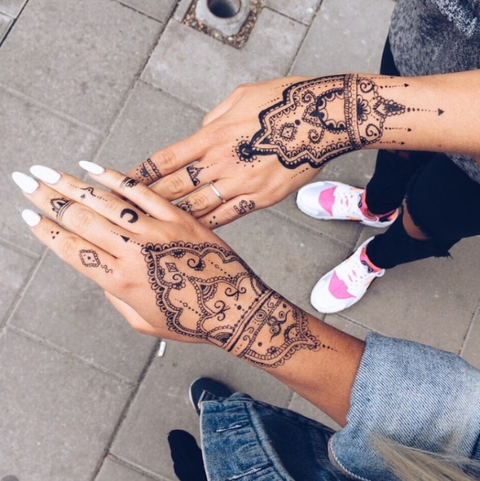 henné doigt, tatouage au henné noir pour femme, dessin sur la peau au henné