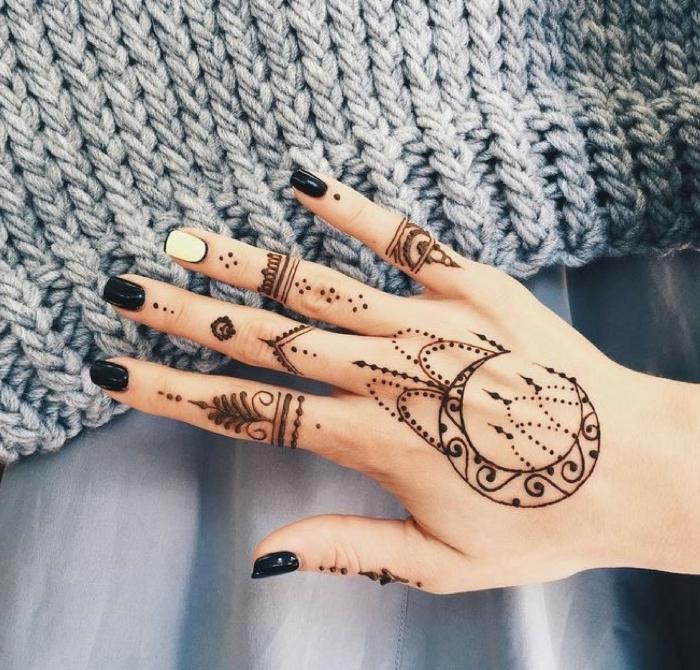 tatouage temporaire, manucure ongles noirs, tatouage non permanent au henné noir sur les doigts