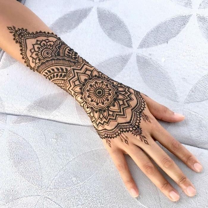 henne main, art corporel au henné noir à design ethnique et mandala, tattoo pour femme au henné