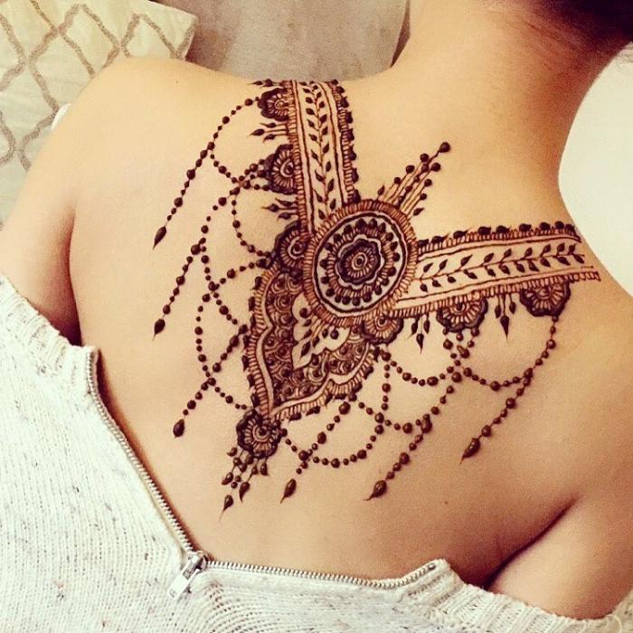 tatouage dos, modèle de dessin au henné sur le dos, tattoo temporaire aux motifs ethniques pour femme