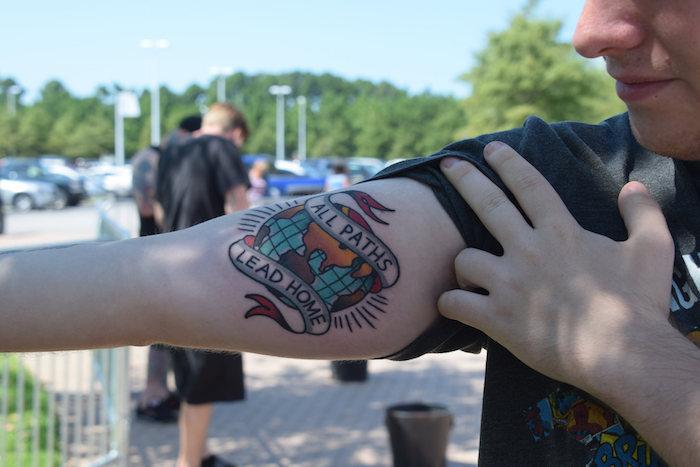 tatouage terre tous les chemins mènent à la maison