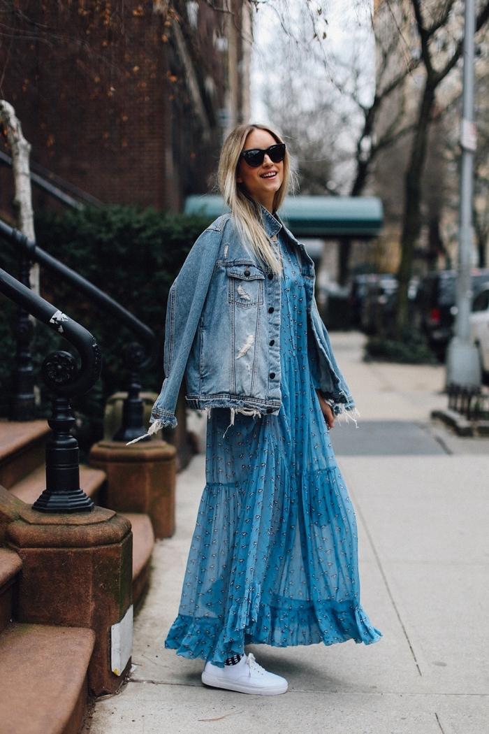 comment porter la veste en denim femme, robe longue en bleu clair avec veste jeans et baskets blancs