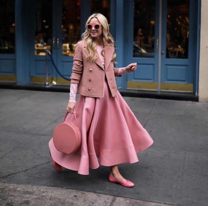 couleurs pastel, jupe large en rose avec blouse rose clair et blazer de nuance rose poudré avec boutons en or
