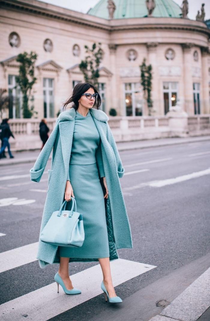 vision monochromatique en nuances de bleu, robe longue en bleu clair avec manteau long et sac à main de bleu clair