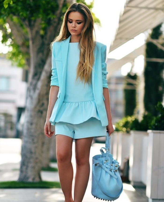 couleur primaire, shorts et top femme en bleu clair avec blazer mi long bleu, sac à main en cuir de nuance bleue