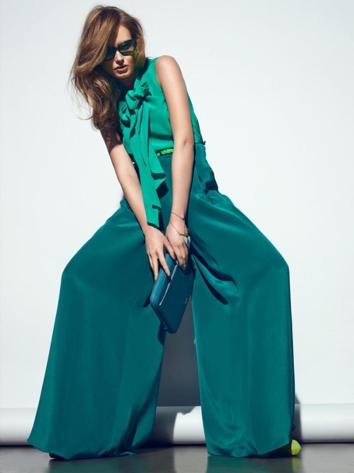 couleur qui va avec le vert, coupe de cheveux longs châtain foncé avec frange longue sur le côté, pantalon vert foncé avec top vert clair