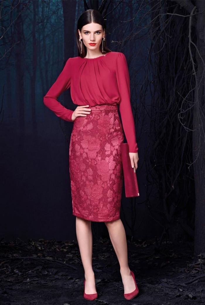 avec quelle couleur associer le bordeaux, look monochrome femme en jupe et chemise bordeaux