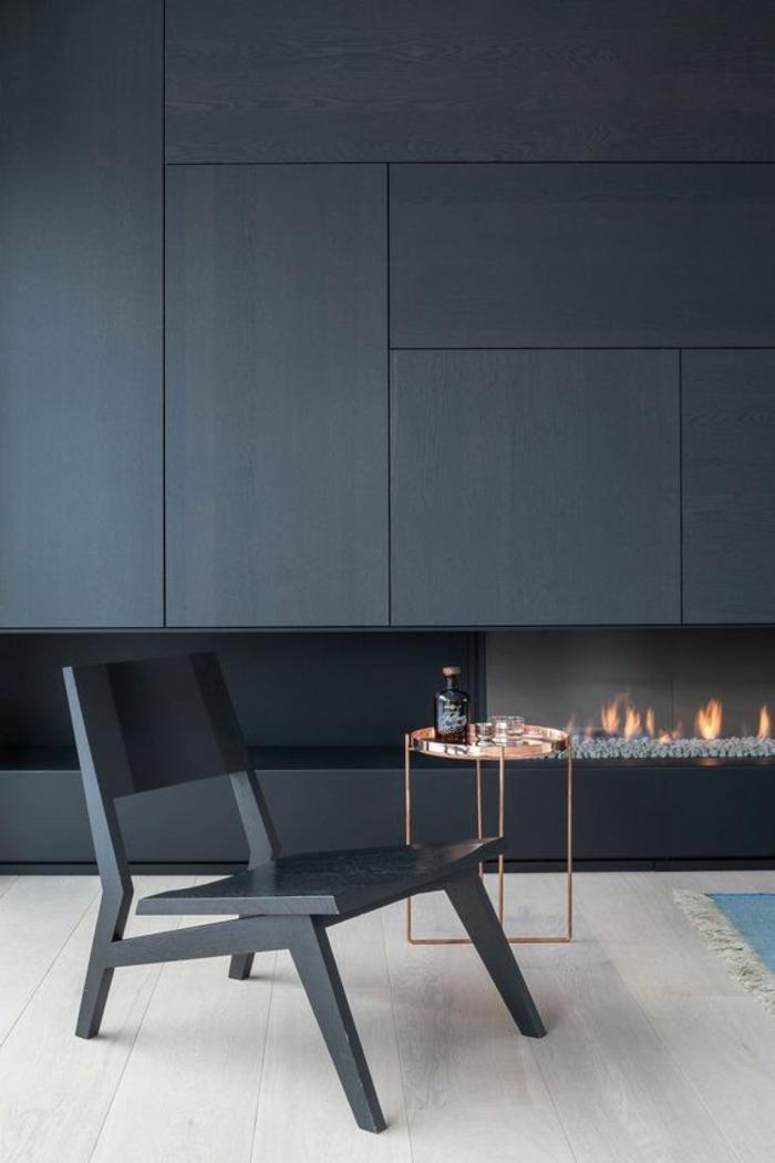 salon bleu petrole couleur bleu gris avec cheminée moderne et grande chaise design en couleur bleu gris
