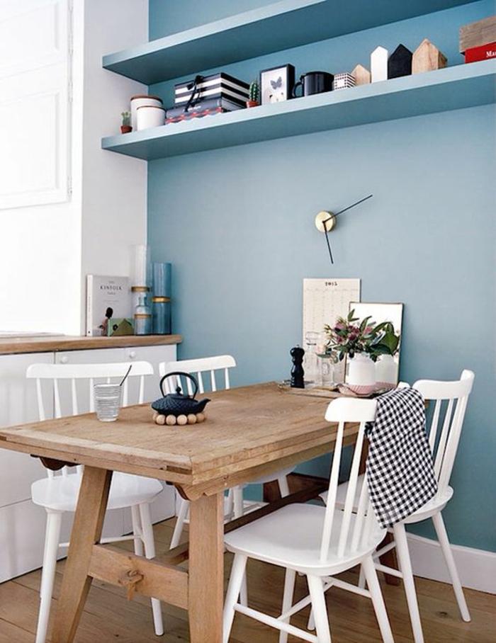 couleur bleu gris nuance de bleu cuisine avec table en bois marron clair et des chaises en bois peintes en blanc