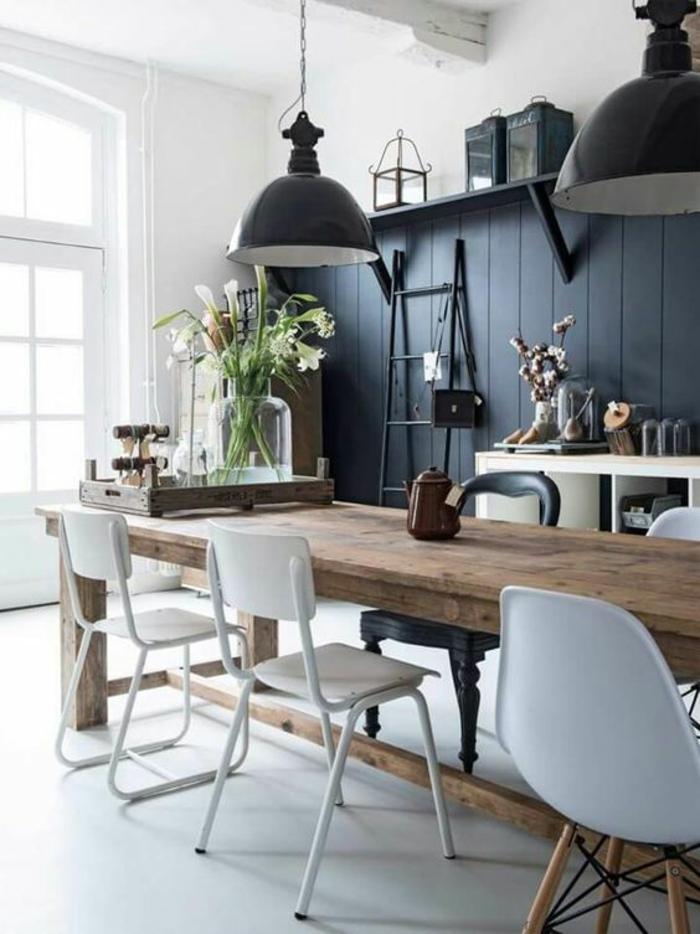 nuance de bleu couleur bleu gris avec revêtements de bois peint en couleur grande table de bois dans la salle à manger avec des luminaires n gris foncé en style industriel