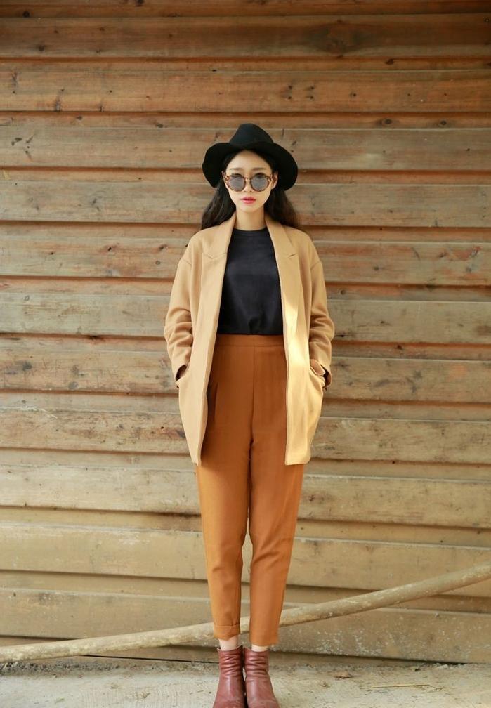 look bohème et urbain chic avec un manteau camel de type kimono et un pantalon chino de même nuance
