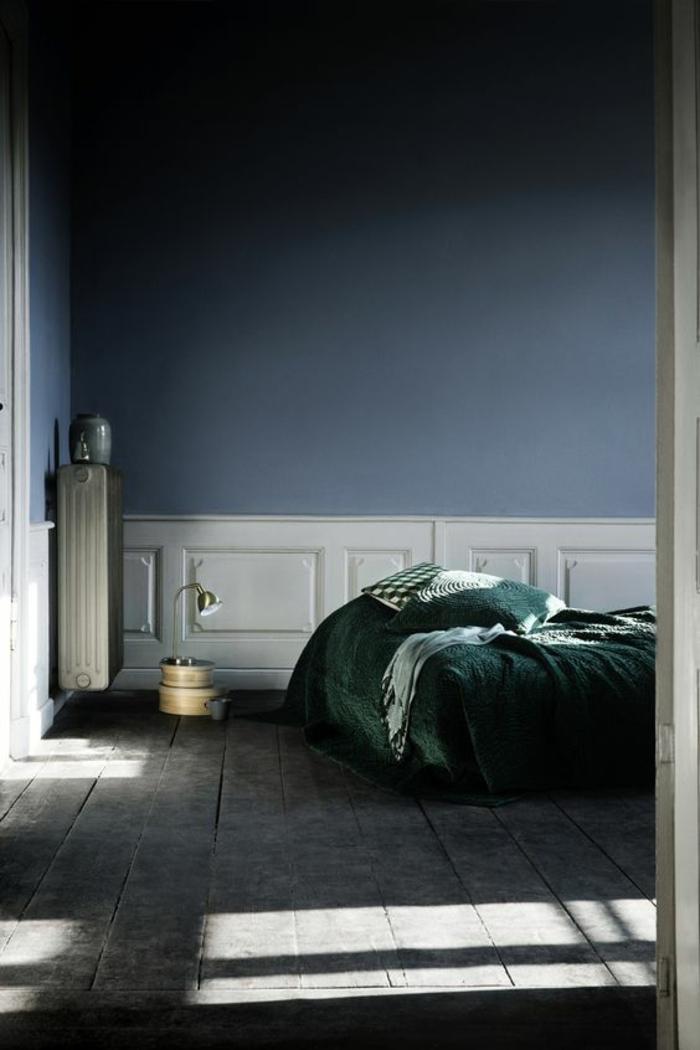 nuance de bleu couleur bleu gris avec des murs colorés et combinés avec du blanc et avec une couverture vert émeraude sur le lit