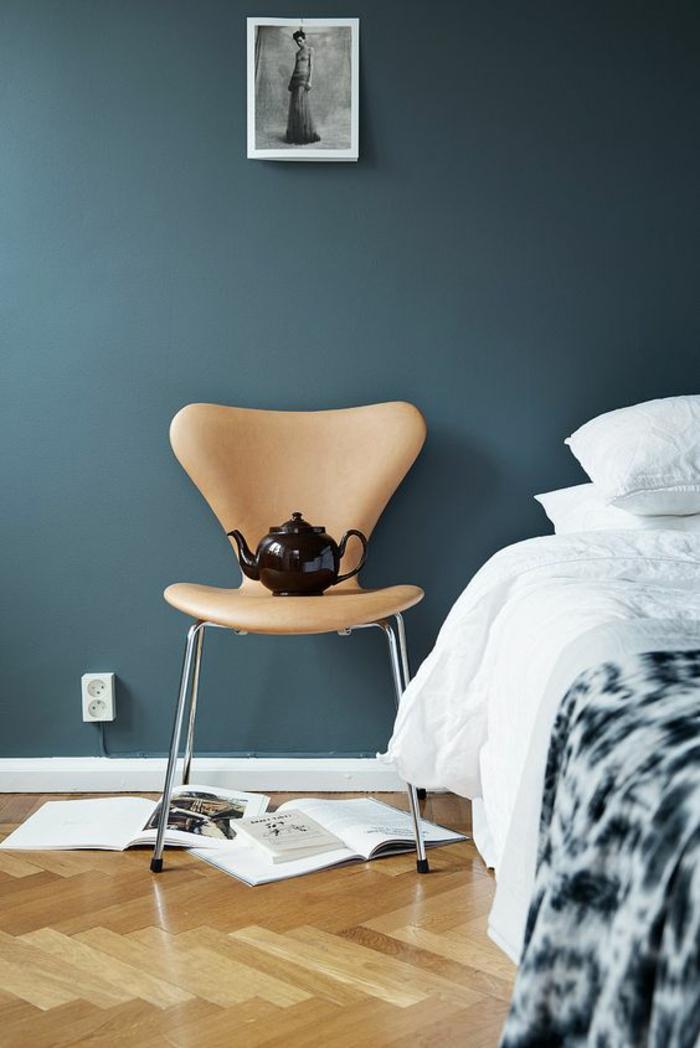 couleur bleu gris deco chambre adulte bleu avec revêtement en parquet au sol et nuances bleues sur la couverture du lit