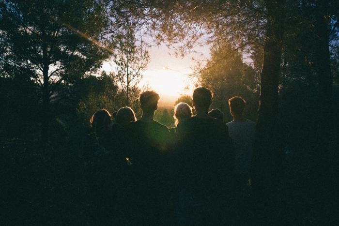 Astuce photo idée photos mariage photo groupe idée originale ombres au coucher du soleil dans la foret