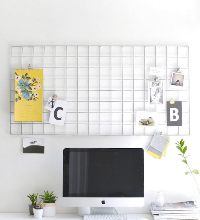 diy rangement, grille metallique pour votre coin bureau, tableau d affichage, photos, notes importantes, calendrier, au dessus d un bureau scandinave