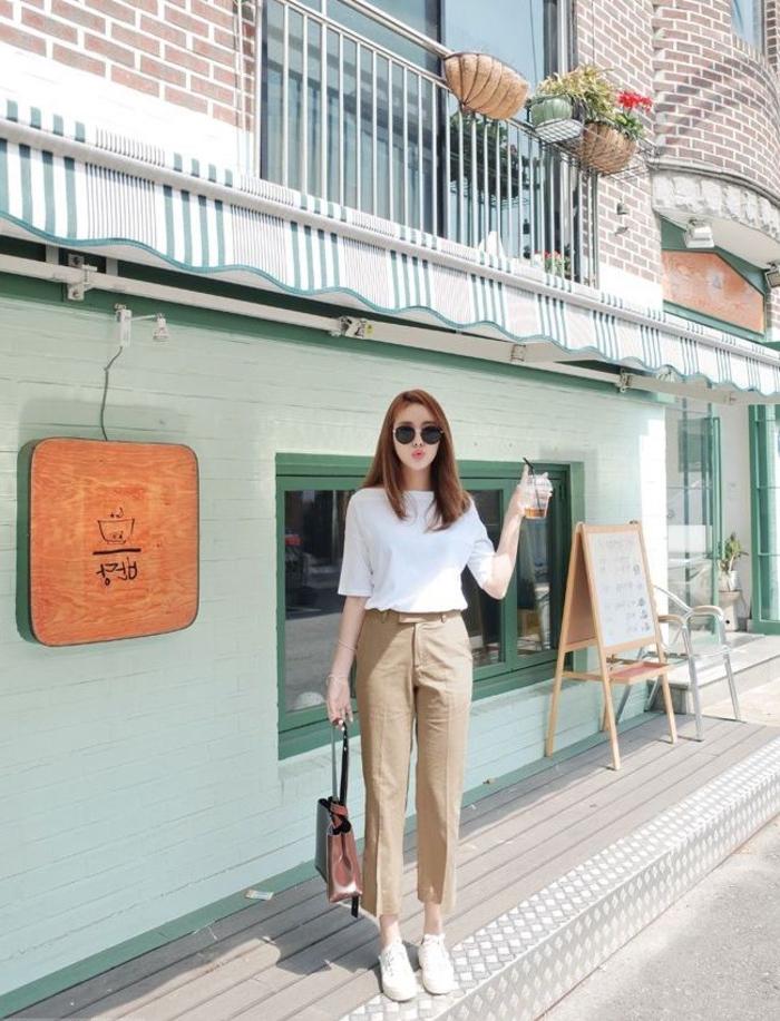 idée pour une tenue pantalon kaki de style minimaliste associant le blanc et les tons neutres