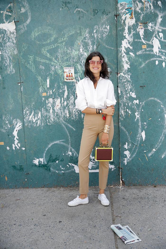 chic décontractée et intemporel avec un pantalon chino beige kaki et une chemise blanche à manches retroussés glissée dedans
