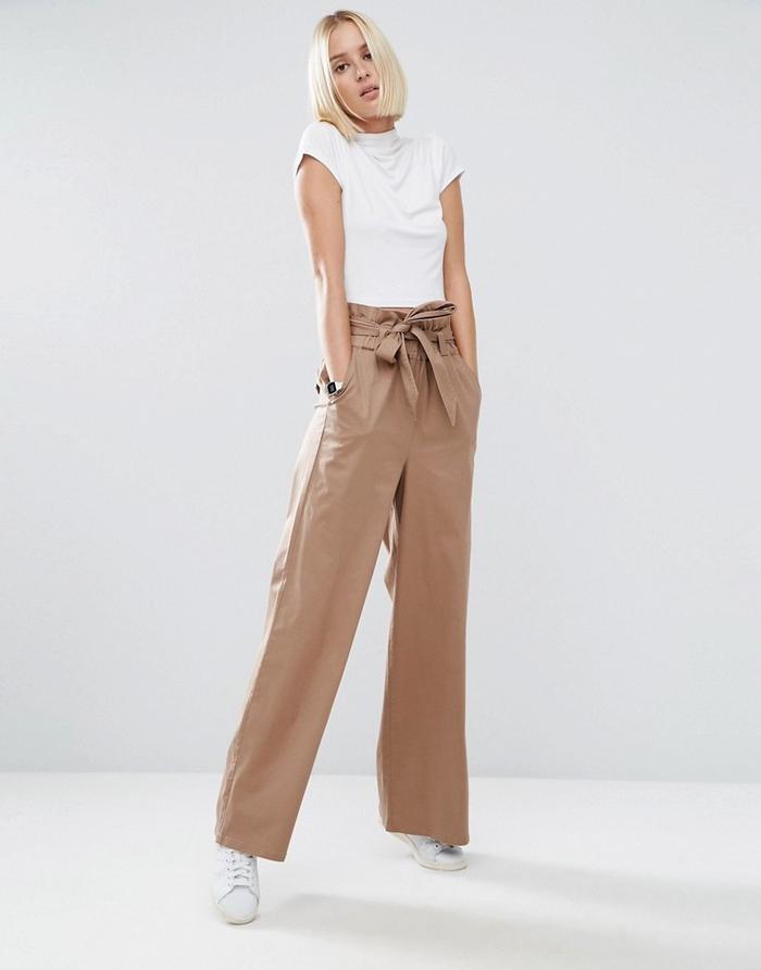 look vintage et chic en pantalon kaki femme associé à un simple t-shirt blanc et des baskets blancs