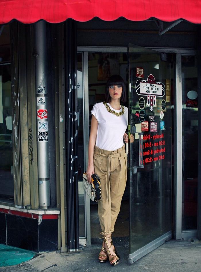 le pantalon kaki femme de type carotte accentue joliment la taille en combinaison avec un t-shirt court blanc