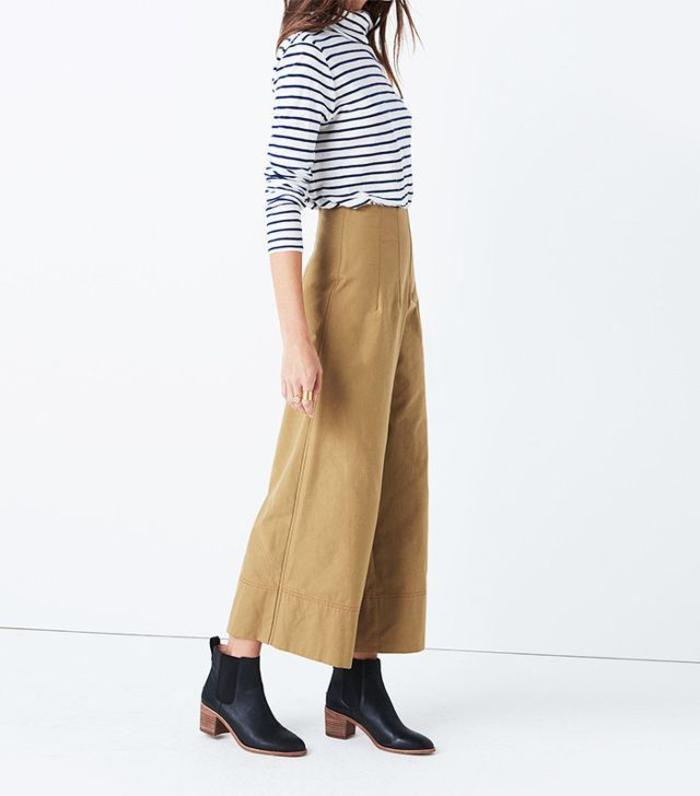 allure chic et vintage avec un pantalon kaki femme de type culotte et un pull à col roulé rayé