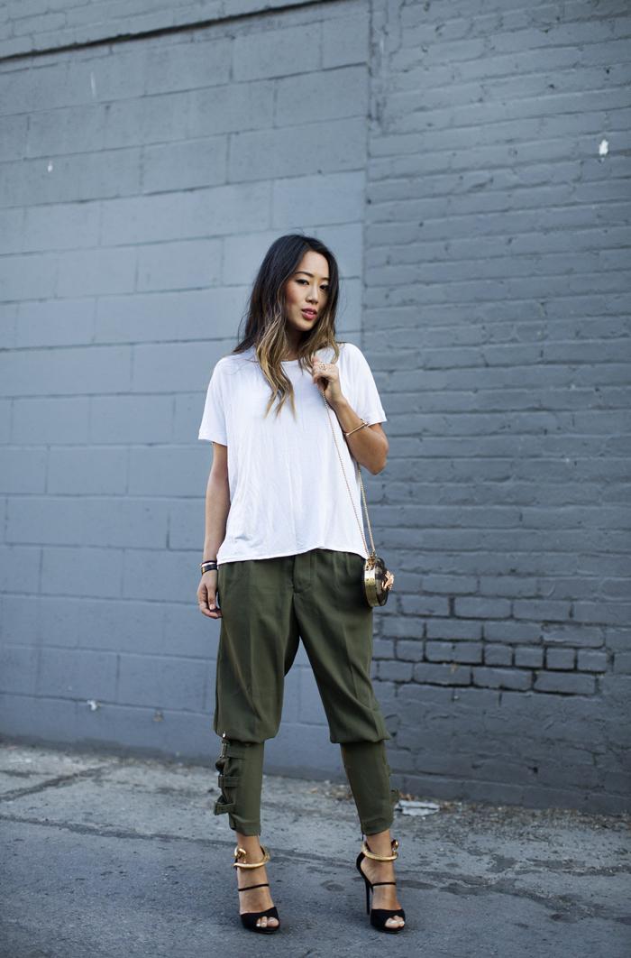 conseils de style pour porter le pantalon kaki femme d'allure militaire, pantalon militaire combiné avec un simple t-shirt blanc et des accessoires glamour aux accents dorés