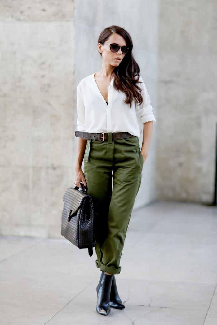 comment porter le pantalon militaire femme de façon chic et féminine, pantalon camouflage retroussé combiné avec une chemise blanche en matière fine