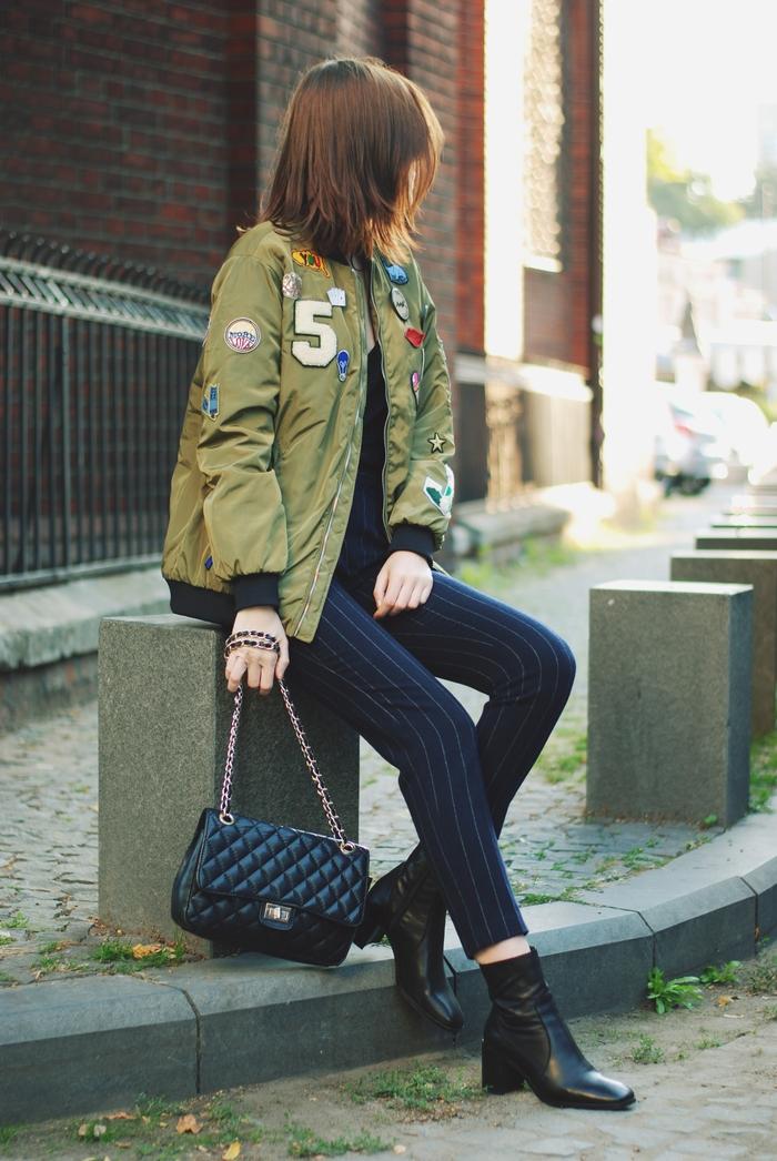 look chic et élégant avec un pantalon à rayures fines asscoié à une veste aviateur femmes à écussons et des bottines noires