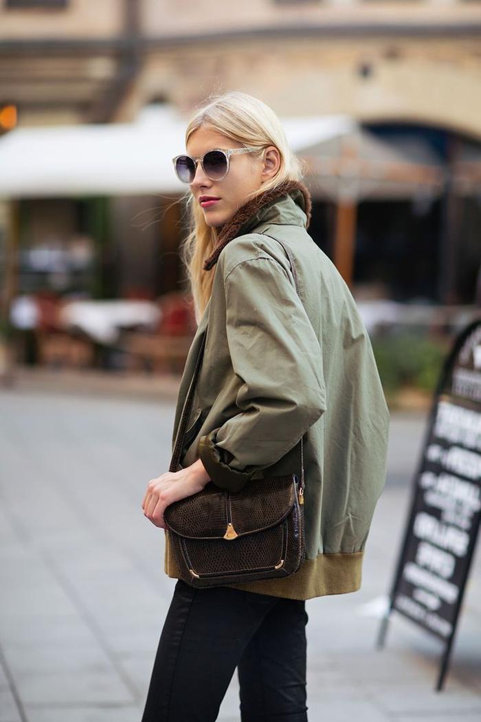 la bonne façon de porter la parka fourrure femme en automne, parka vert militaire combinée aves un sac bandoulière chic