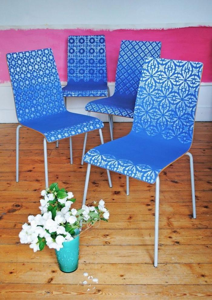 peindre un meuble de façon originale avec des motifs au pochoir, des chaises bleu ciel décorées de motifs orientaux