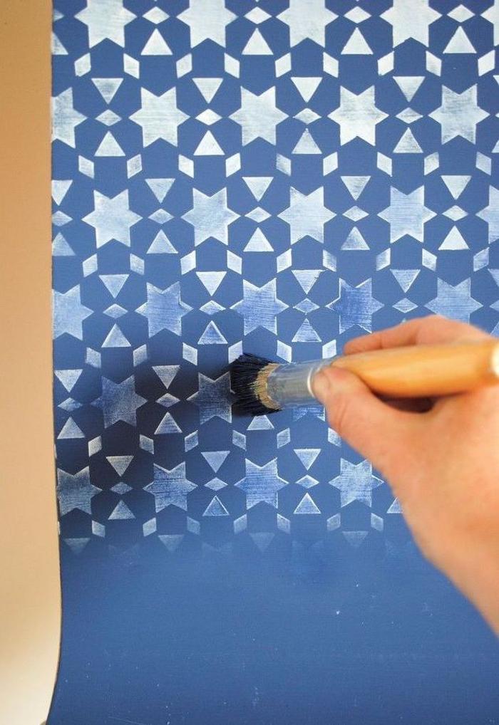 peindre un meuble de façon originale avec des motifs au pochoir, des chaises bleu marin décorées de motifs orientaux