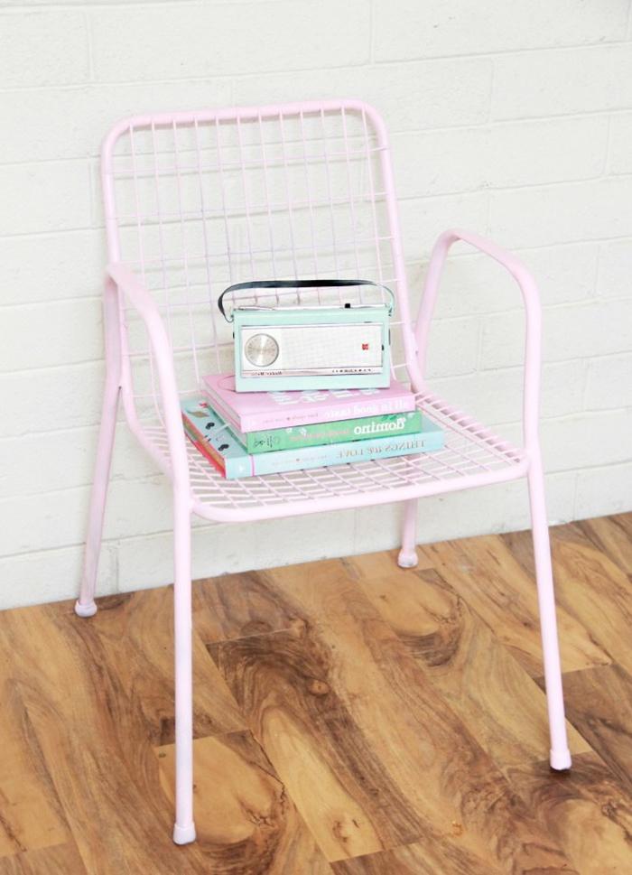 peindre un meuble métallique en nuance pastel pour un accent déco doux et féminin, chaise à grille métallique transformée à quelques coups de peinture rose pastel