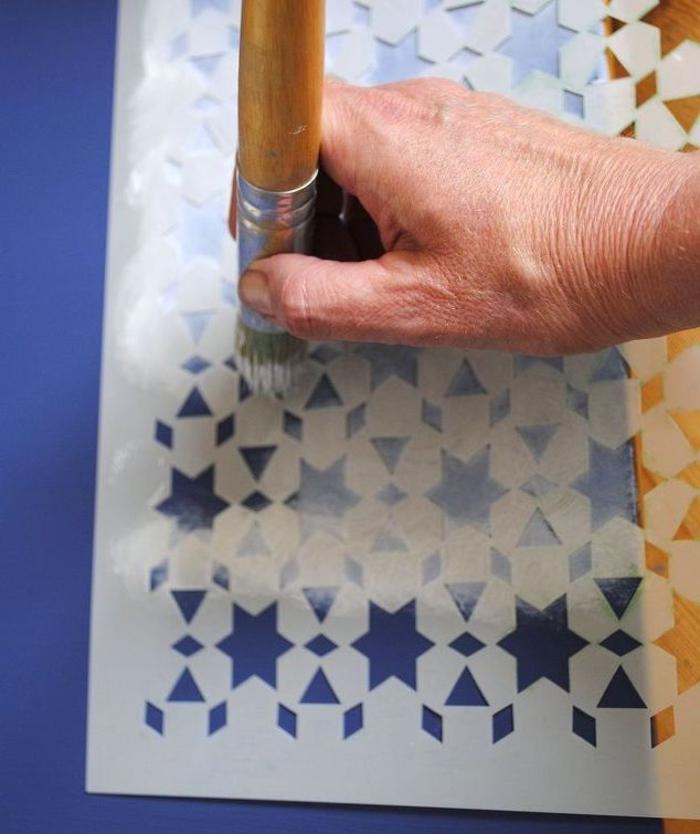 relooker des chaises en bois avec des motifs crées au pochoir à effet dégradé