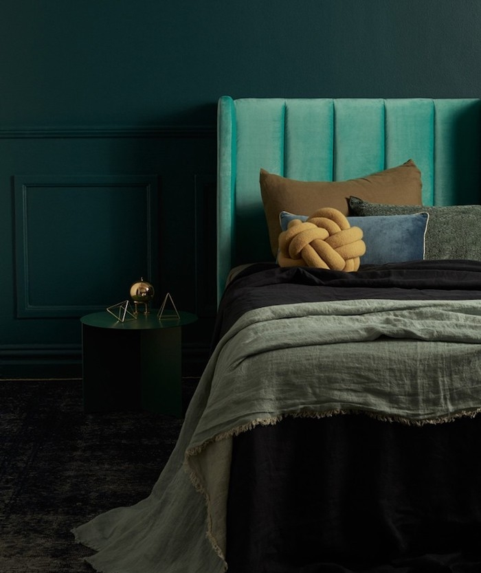 deco bleu canard, nuance pétrole, tête de lit verte, linge de lit gris, marron, noir, bleu, coussins jaune originale, parquet gris foncé