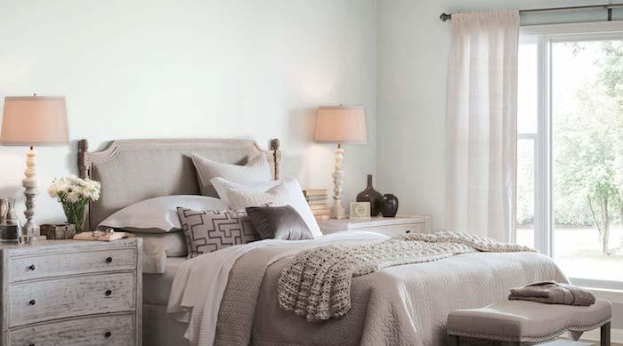 deco chambre adulte vert clair, lit et linge de lit gris et blanc, commode patine bois, style traditionnel
