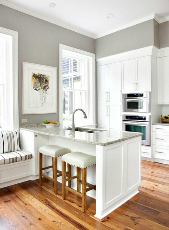 quelle couleur pour les murs d'une cuisine, repeindre sa cuisine, bicolore, avec banc aux coussins aux rayures colorées, chaises sans dossiers, avec revêtement en blanc