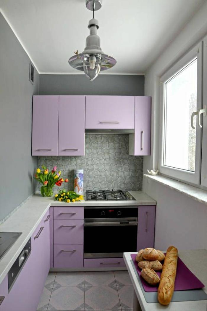 peinture gris perle, cuisine en longueur, meublée avec des meubles en lila, carrelage sol avec des losanges en gris et beige