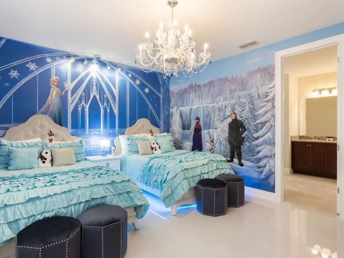 deco reine des neiges, chambre au plafond blanc et murs décorés en stickers design Frozen, tête de lit blanche boutonnée