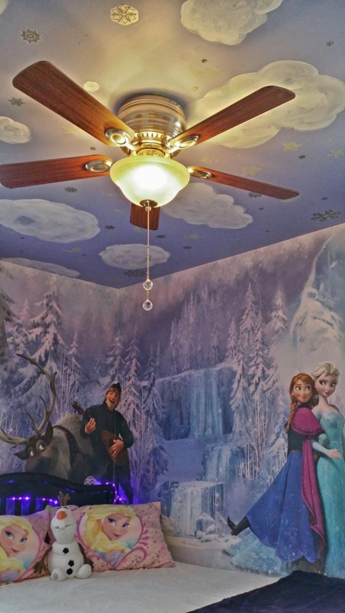 stickers reine des neiges, housse d'oreiller à design Elsa, plafond bleu à déco nuages blanches