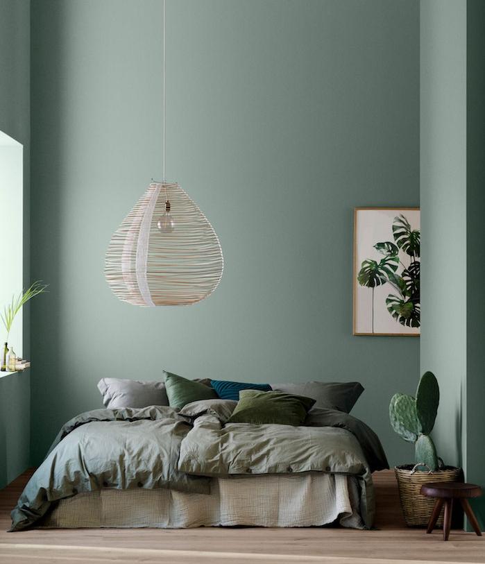 bleu celadon tirant vers le vert, linge de lit gris, vert et bleu, suspension exotique originale, parquet clair