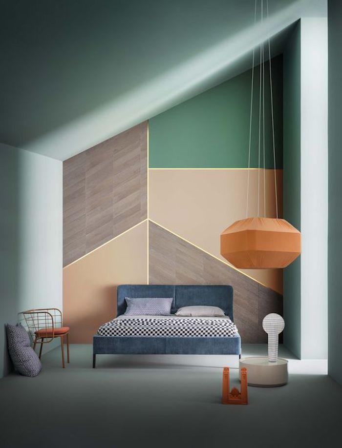 peinture murale deco vert d eau, teinte celadon et mur d accent à figures géométriques orange, marron et vert, lit bleu marine, chaise et suspension orange originale