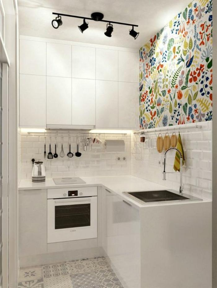 quelle couleur pour les murs d'une cuisine blanc avec mosaïque colorée au dessus du lavabo, des luminaires spots en métal noir au plafond blanc, carrelage du sol en beige et gris, motifs floraux et arabesques