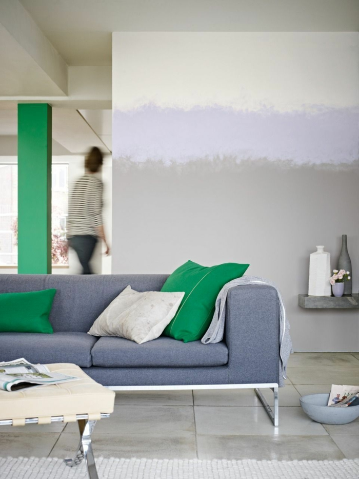 repeindre sa cuisine avec trois couleurs gris, violet et blanc, cuisine ouverte sur le salon, avec carrelage gris perle, canapé violet et grands coussins blancs et verts