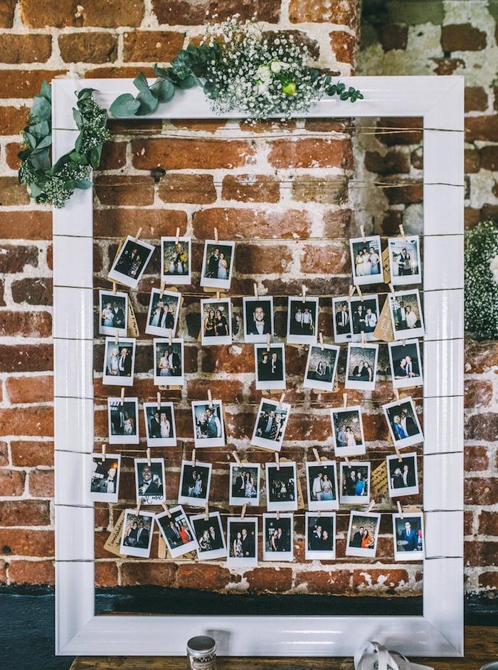 idées décoration mariage à faire soi même, cadre blanc avec des photos accrochés à des fils, guirlande florale décoratif