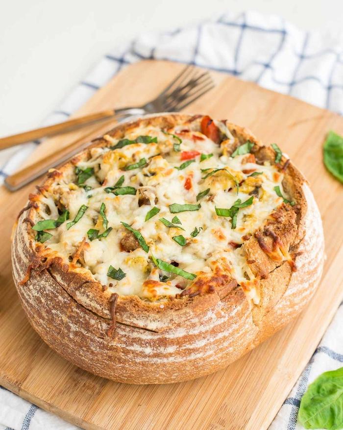que manger au petit déjeuner en autombe, recette d'omelette italienne à la mozzarella et basilic servies dans un bol de pain