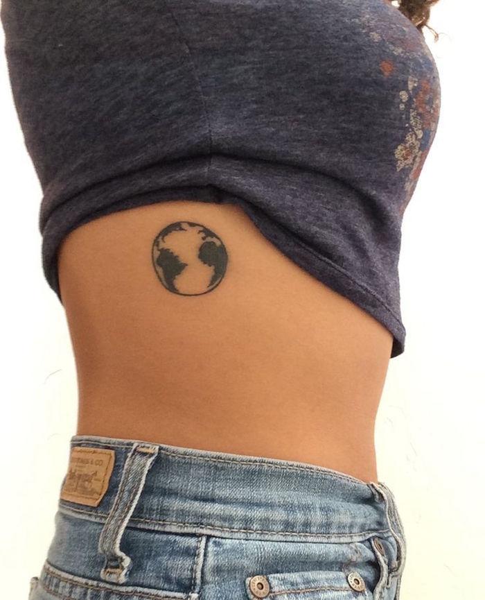 petit tattoo sur les cotes modele dessin terre