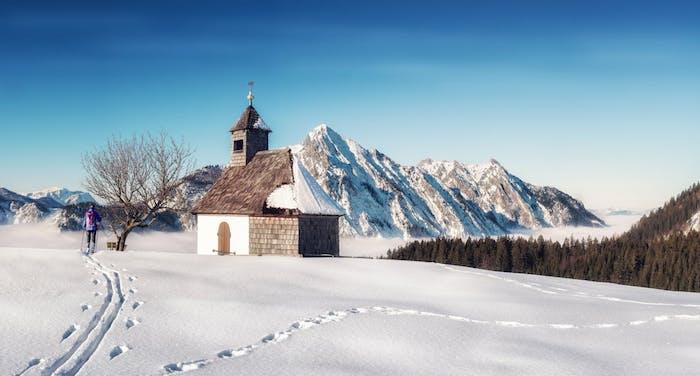 idée de paysage enneigé, une colline couverte de neige au milieu d une montagne couverte de neige, église, petit temple simple