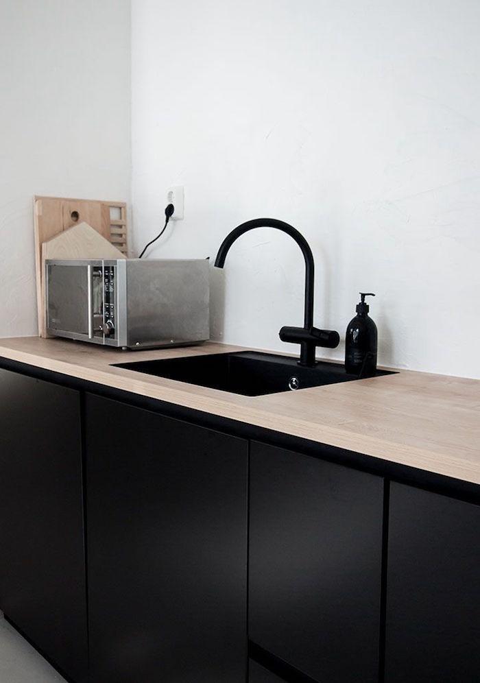 meuble évier noir mat et plan de travail en bois clair
