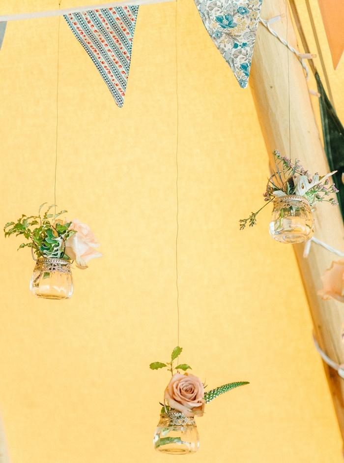 recylage pots de yaourt transformés en petits vases suspendus, guirlande fanions, mariage champetre